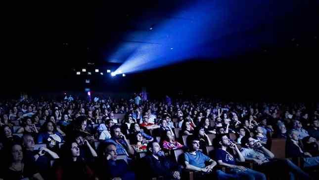 sala de cinema cheia