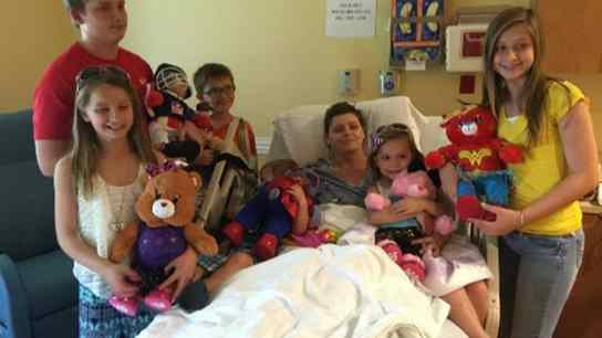 Casal adota seis filhos de amiga que morreu de câncer