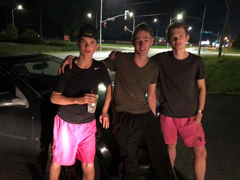 adolescentes empurraram carro