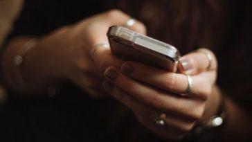 Mulher fica cega temporariamente devido ao uso excessivo de celular