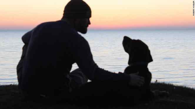 homem leva cadela com câncer para passeio