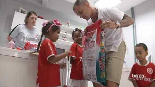 menina vende latinhas para comprar ração