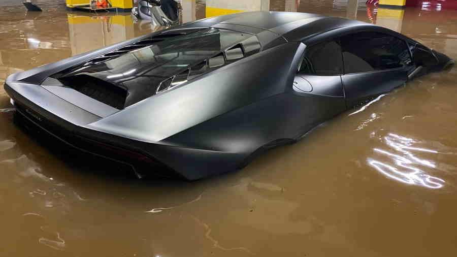 carro coberto pela enchente