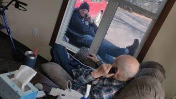 Coronavírus: filho conversa com pai idoso durante isolamento e foto viraliza