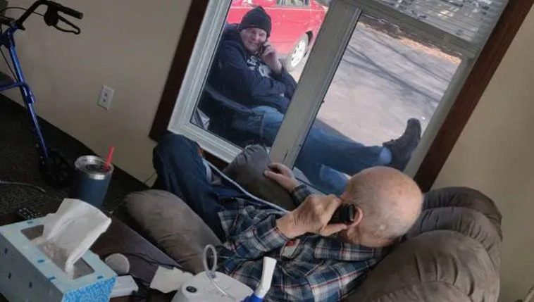 filho conversa com pai idoso durante isolamento