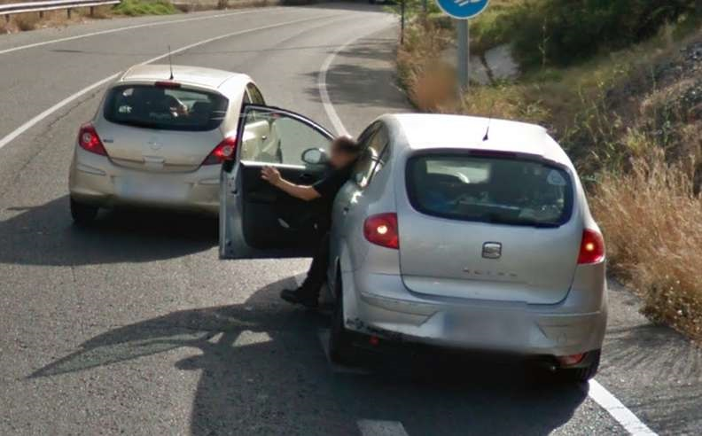 homem salva gato rodovia