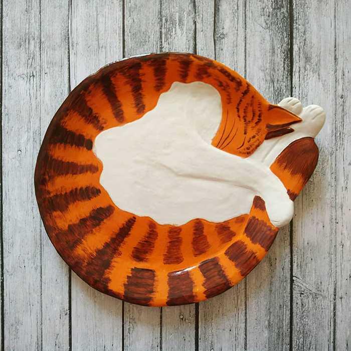 Pratos de cerâmica em formato de gatinhos enrolados