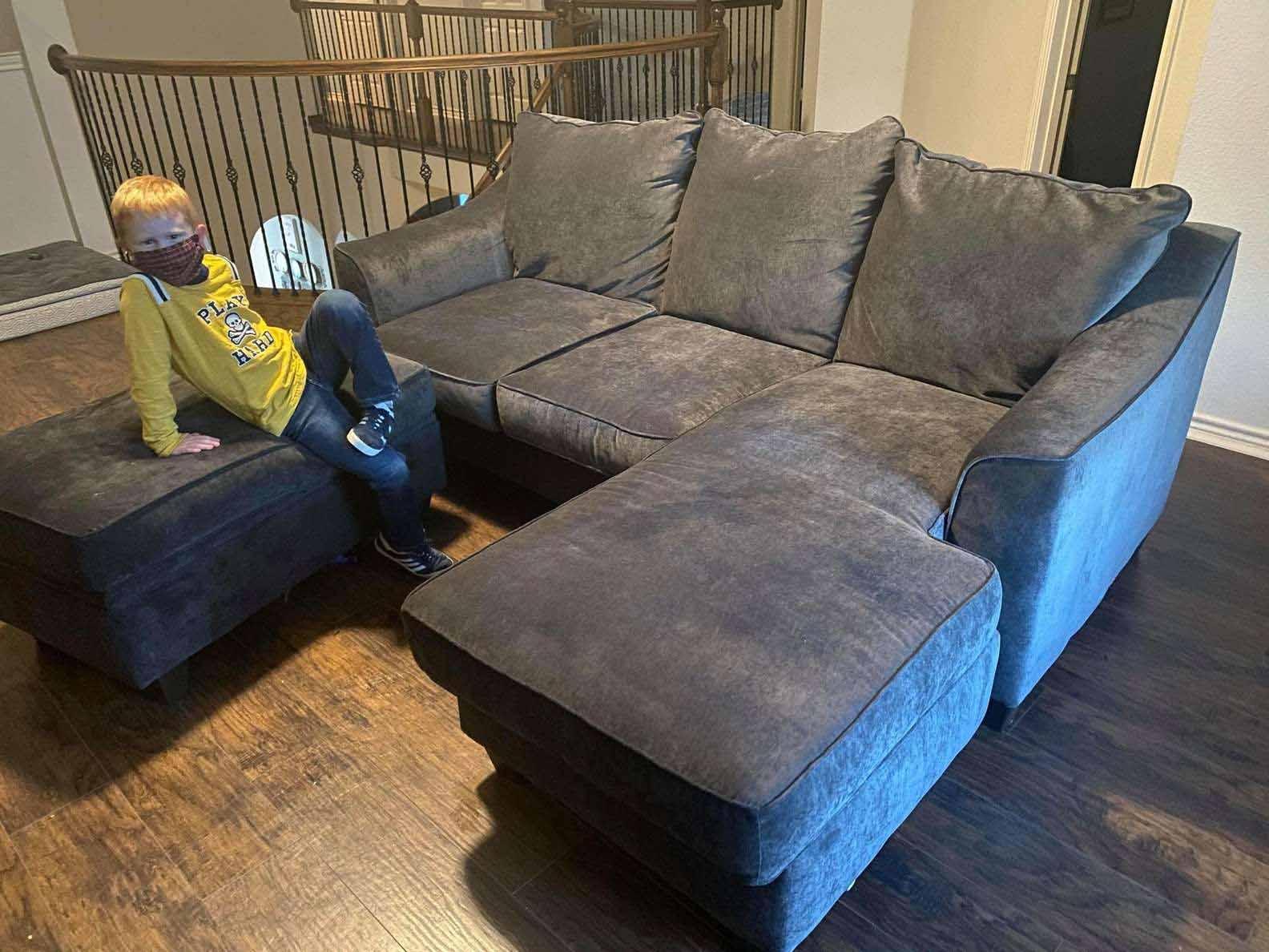Mulher compra um sofá gatinho