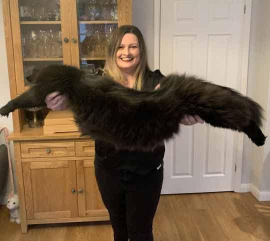 Mulher-posa-com-gatinhos-gigantes-fotos