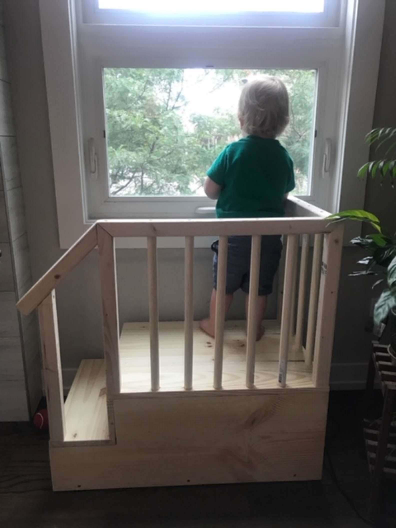 Pai constrói escadinha filho