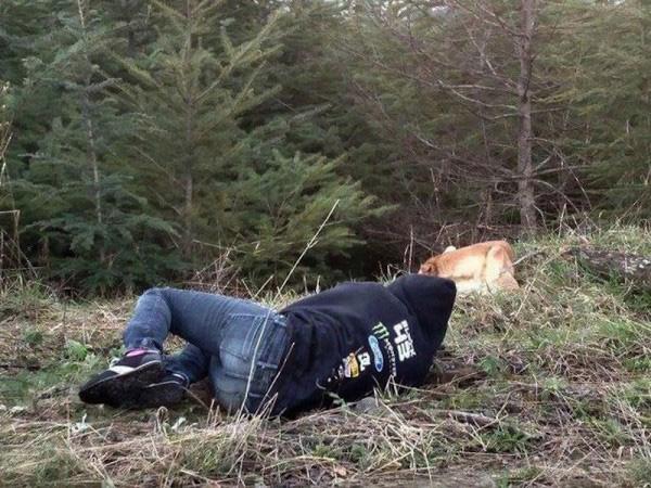 Garota se finge de morta para atrair cachorro
