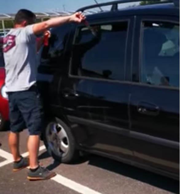 Homem quebra vidro de carro para salvar cachorro