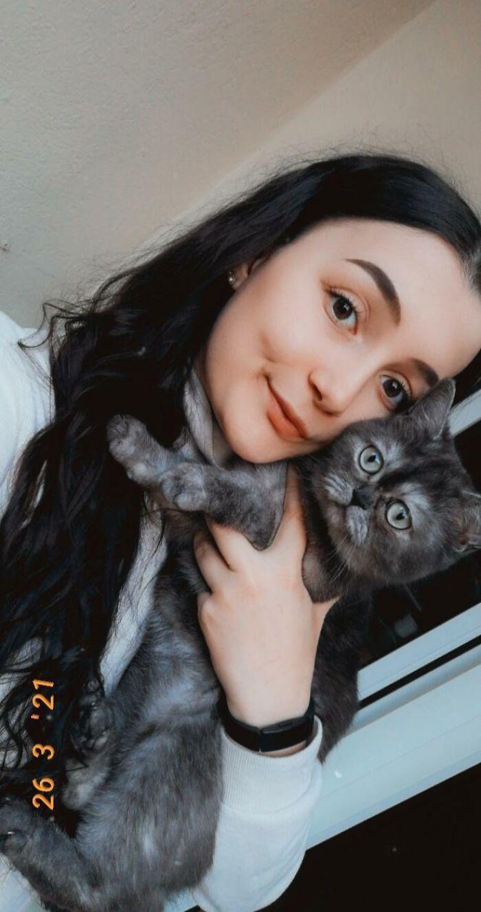 Mulher se apaixona por gatinha