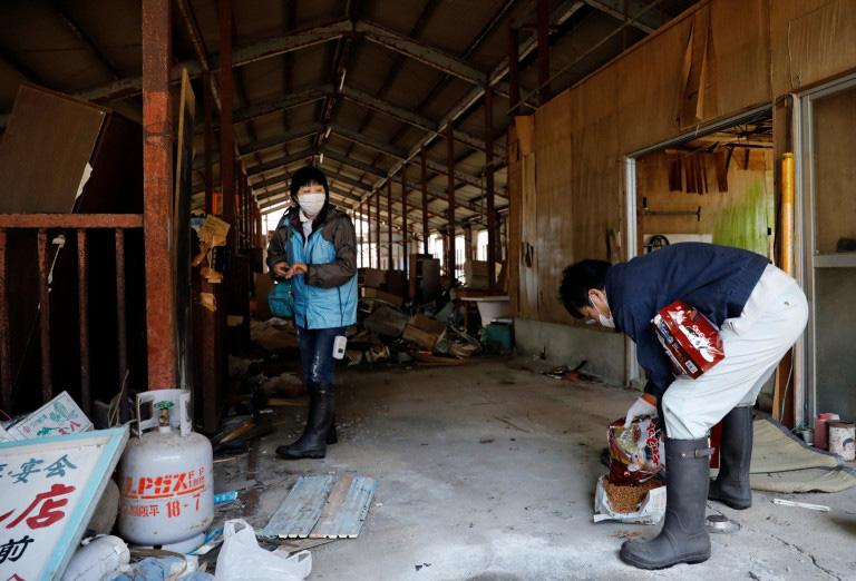 ele cuida de gatos abandonados em Fukushima